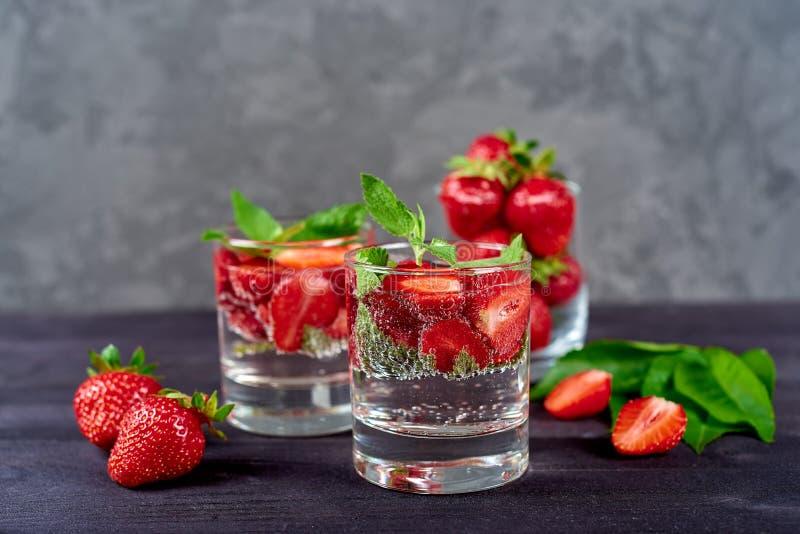 Limonadedrank van sodawater, aardbei en muntbladeren in glas op houten lijst, exemplaarruimte De verfrissende drank van de de zom stock fotografie