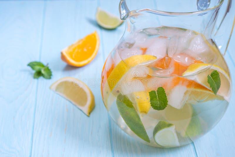 Limonadenpitcher mit Zitrone, Orange, Kalkscheiben lizenzfreie stockbilder
