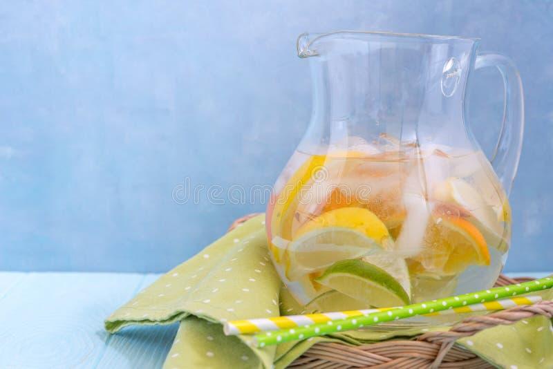 Limonadenpitcher mit Zitrone, Orange, Kalkscheiben stockbild