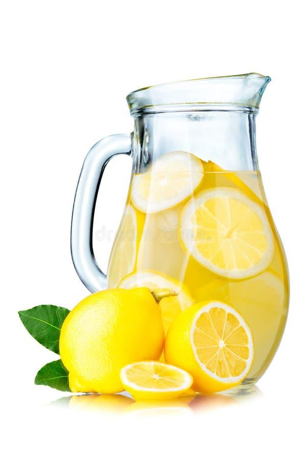 Limonadewaterkruik met citroenen royalty-vrije stock fotografie