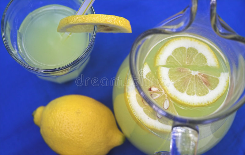 Limonata in brocca fotografie stock