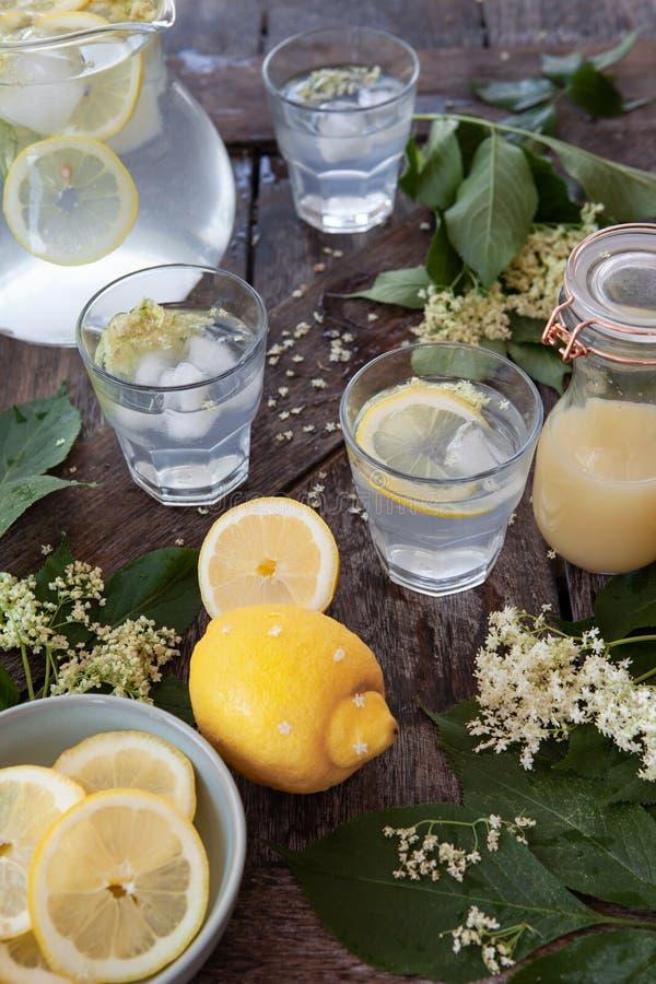 Limonata casalinga fatta con lo sciroppo di melassa di sambuco immagine stock