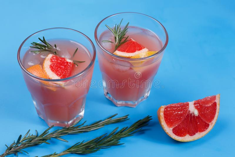 Limonata del pompelmo Due vetri della bevanda di rinfresco, pompelmo immagini stock libere da diritti