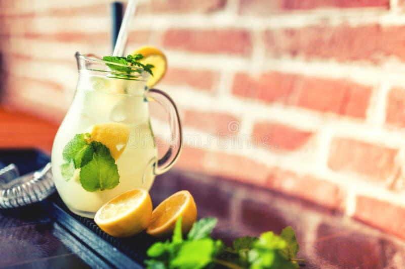 Limonata della menta e del limone, rinfresco fresco di estate fotografia stock
