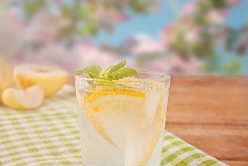 Limonata della pera o cocktail di mojito con la pera, limone e menta, bevanda di rinfresco fredda o bevanda sui precedenti della  immagini stock libere da diritti