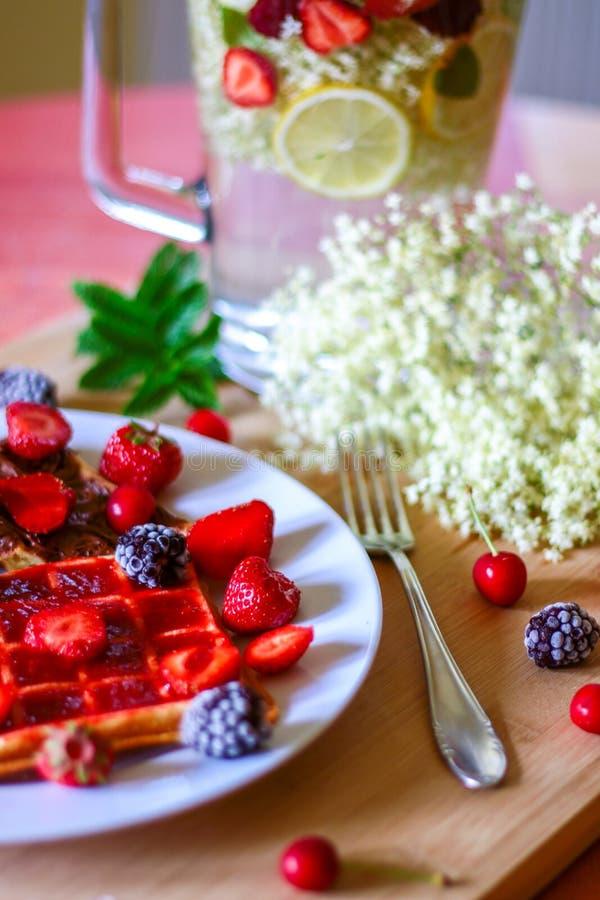 Limonata di recente schiacciata con la frutta fresca variopinta e immagine stock