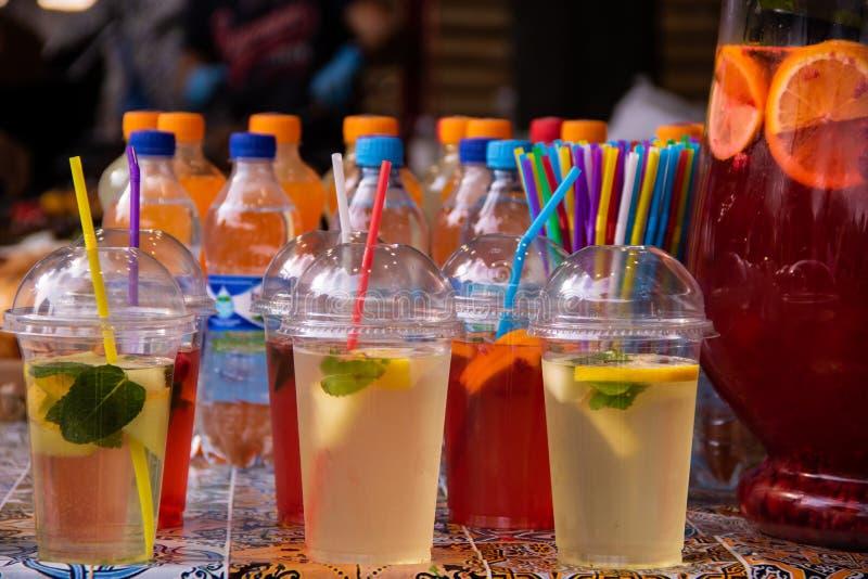 Limonata di rinfresco delle bevande in vetri con i tubuli fotografia stock libera da diritti