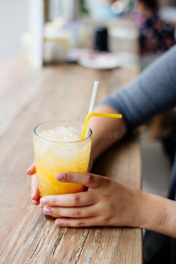 Limonata fredda sulla tavola fotografia stock libera da diritti