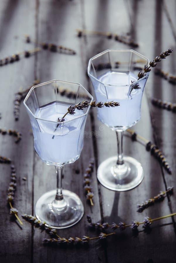 Limonata fresca della lavanda con i fiori in bei vetri sulla tavola di legno scura alla luce posteriore Acqua della disintossicaz immagini stock