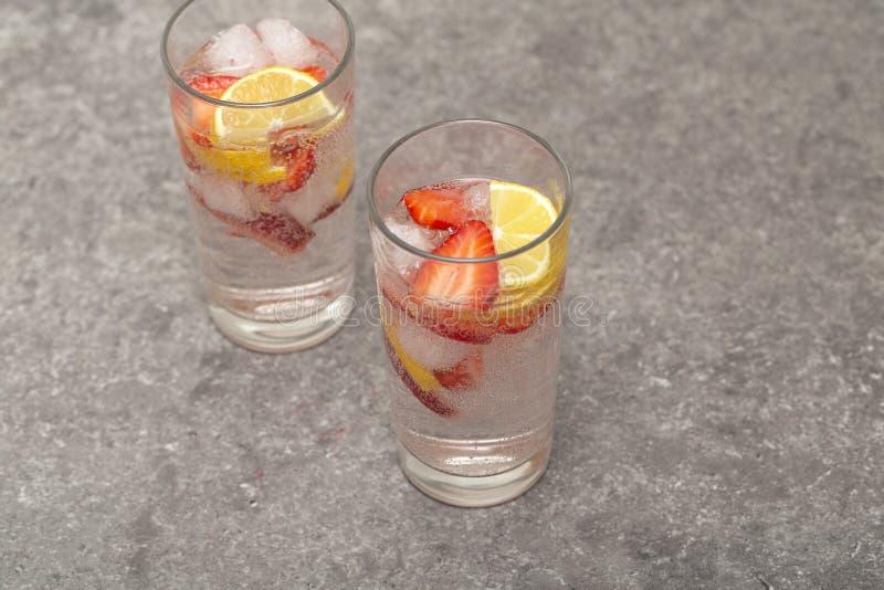 Limonata ghiacciata di rinfresco della fragola sulla tavola grigia fotografie stock libere da diritti