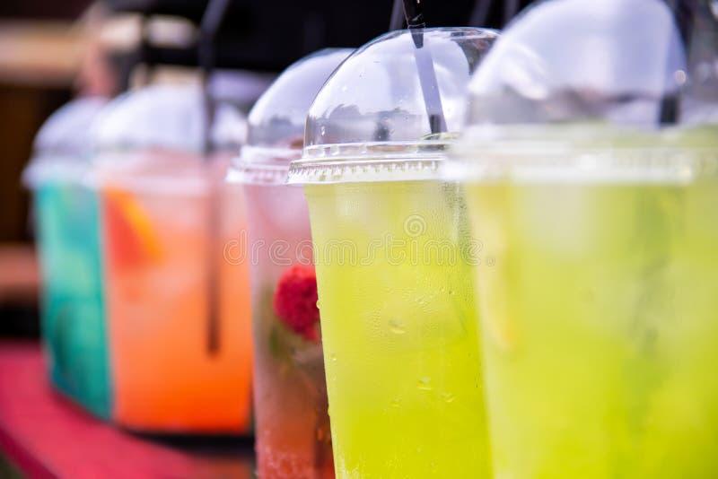 Limonata multicolore di rinfresco delle bevande in vetri con i tubuli fotografia stock libera da diritti