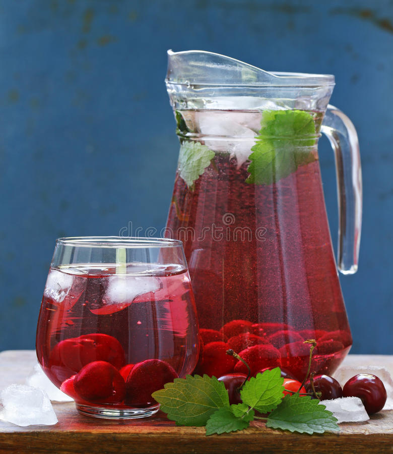 Limonata organica della ciliegia con le bacche fresche fotografia stock