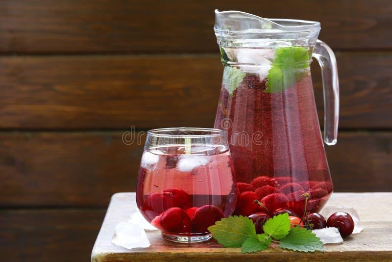 Limonata organica della ciliegia con le bacche fresche immagine stock libera da diritti