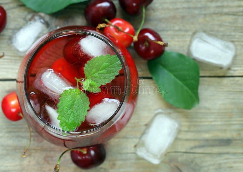 Limonata organica della ciliegia con le bacche fresche immagini stock libere da diritti