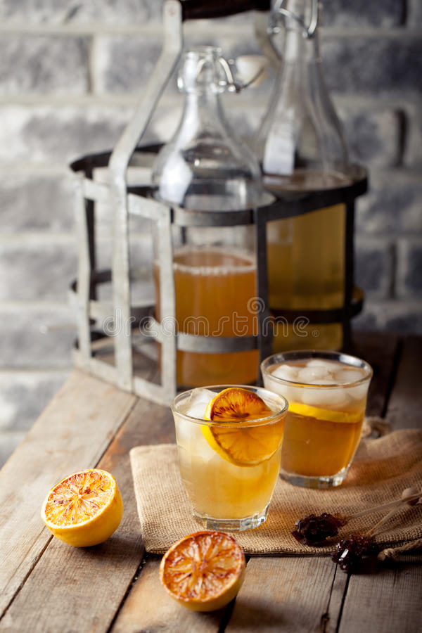 Limonata in vetri e bottiglie fatti dei limoni arrostiti sidro fotografia stock libera da diritti