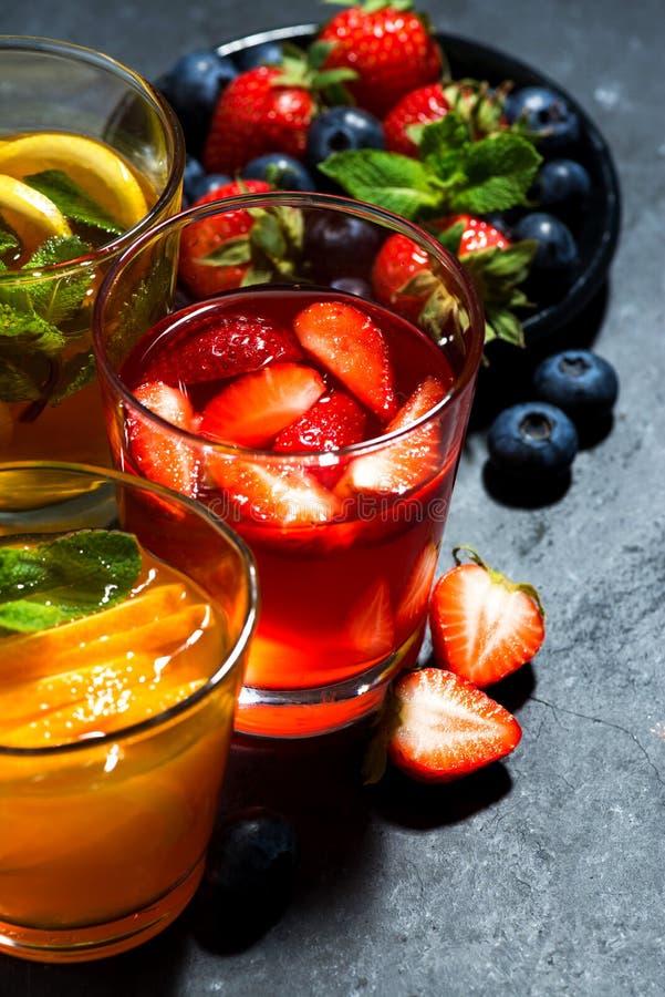 Limonate della frutta fresca in assortimento su fondo scuro, vista superiore immagine stock libera da diritti
