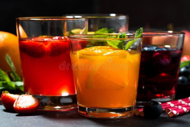 Limonate della frutta fresca in assortimento sulla tavola scura, primo piano fotografie stock libere da diritti