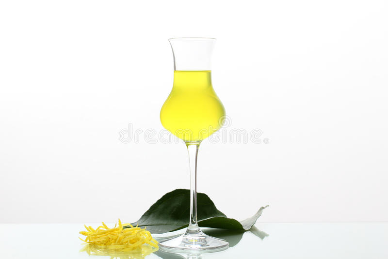 Limoncello在玻璃的柠檬汁 库存图片