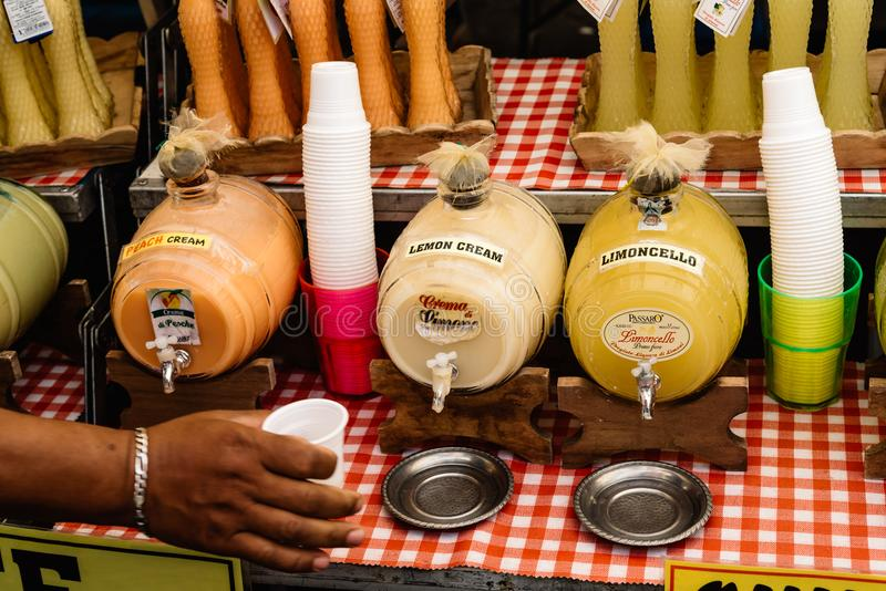 Limoncello и другие ликеры в уличном рынке стоковое изображение rf