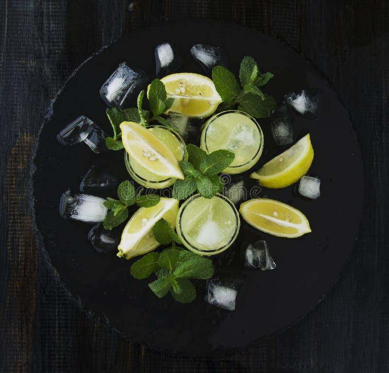 Limoncello, de traditionele likeur van Iralian met citroenen op de uitstekende lijst royalty-vrije stock afbeeldingen