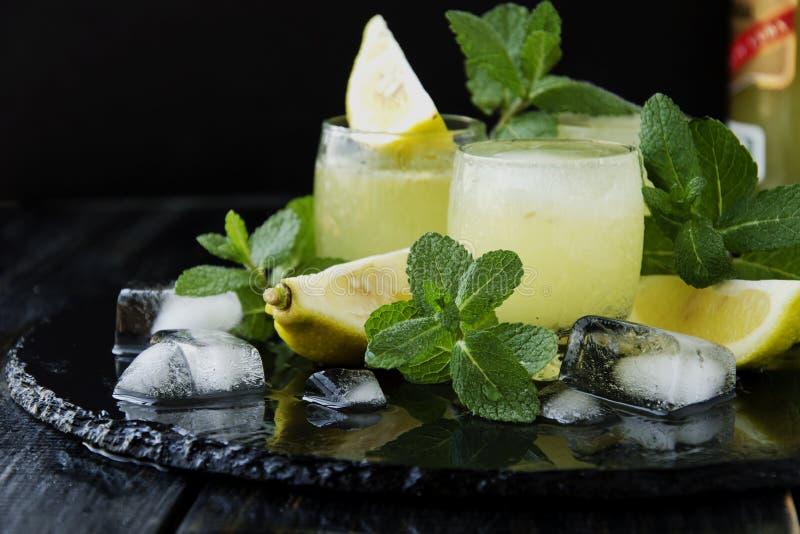 Limoncello, de traditionele likeur van Iralian met citroenen op de uitstekende lijst royalty-vrije stock foto