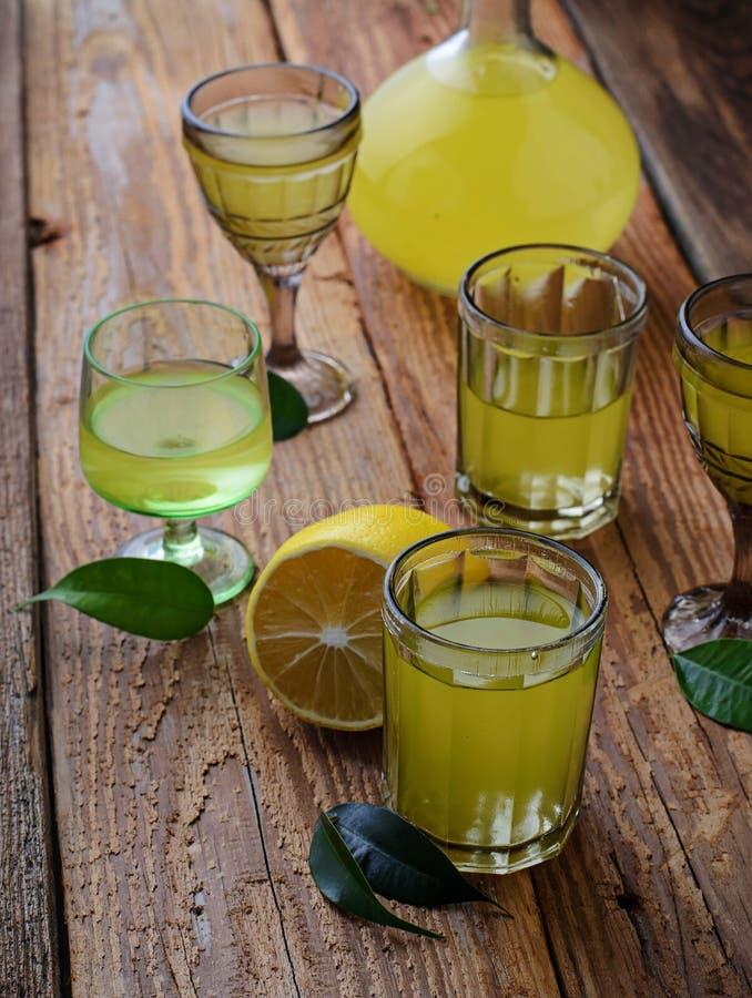 Limoncello, Italiaanse likeur met citroenen royalty-vrije stock afbeelding