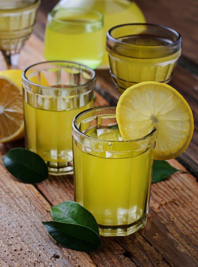 Limoncello, Italiaanse likeur met citroenen stock foto's