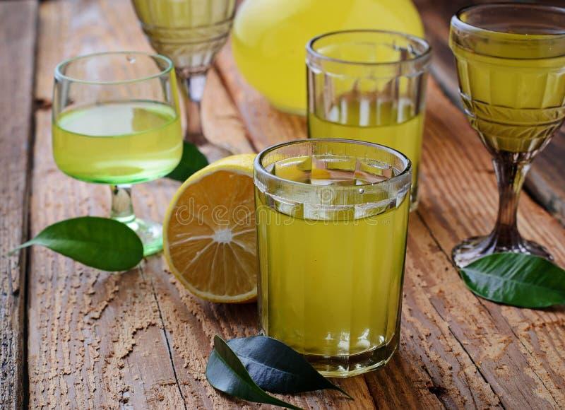 Limoncello, Italiaanse likeur met citroenen royalty-vrije stock foto's