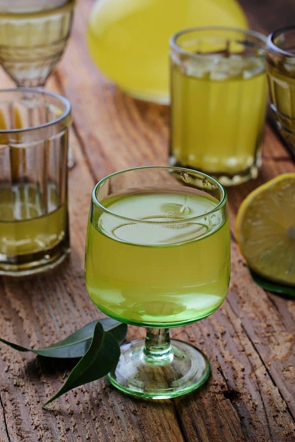 Limoncello, Italiaanse likeur met citroenen stock afbeeldingen