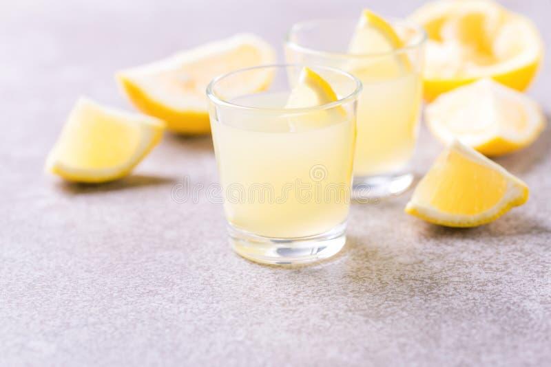 Limoncello italiano do licor do cal do limão com gelo e hortelã imagens de stock