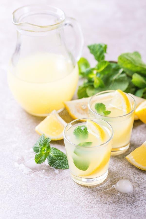 Limoncello italiano do licor do cal do limão com gelo e hortelã foto de stock