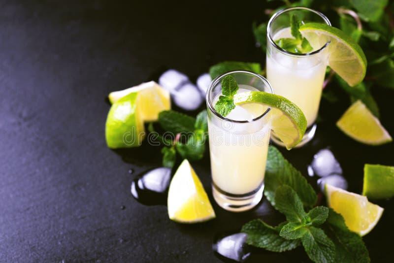 Limoncello italiano do licor do cal do limão com gelo e hortelã fotografia de stock