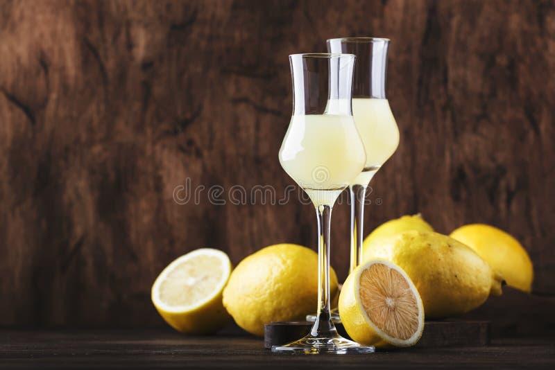 Limoncello, zoete Italiaanse citroenlikeur, traditionele sterke alcoholische drank Stilleven in uitstekende stijl, selectieve nad royalty-vrije stock foto's