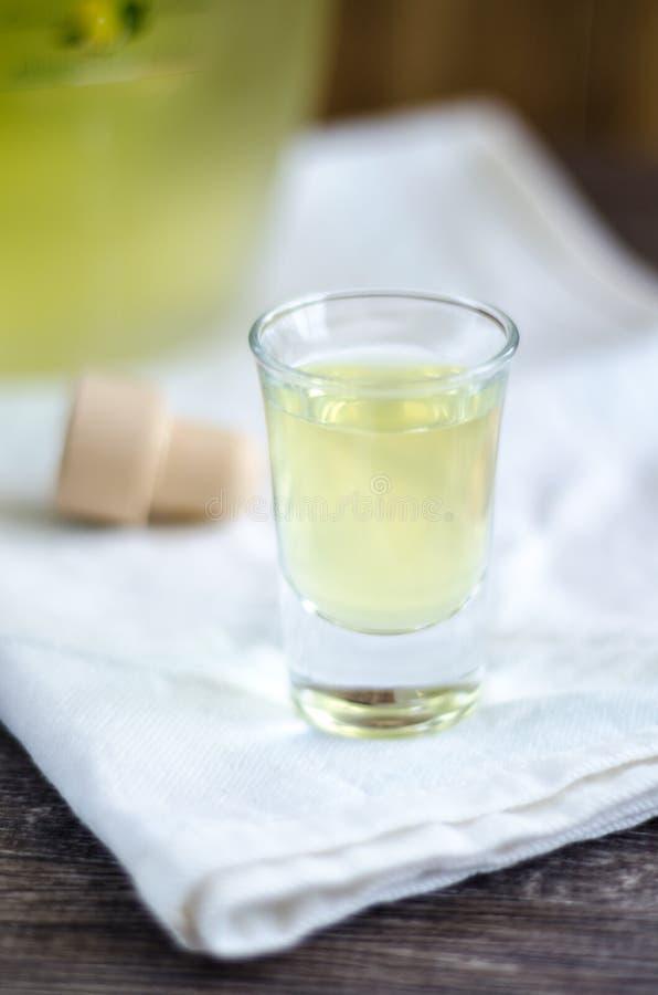 Limoncellolikeur in een glas op wit servet stock afbeelding