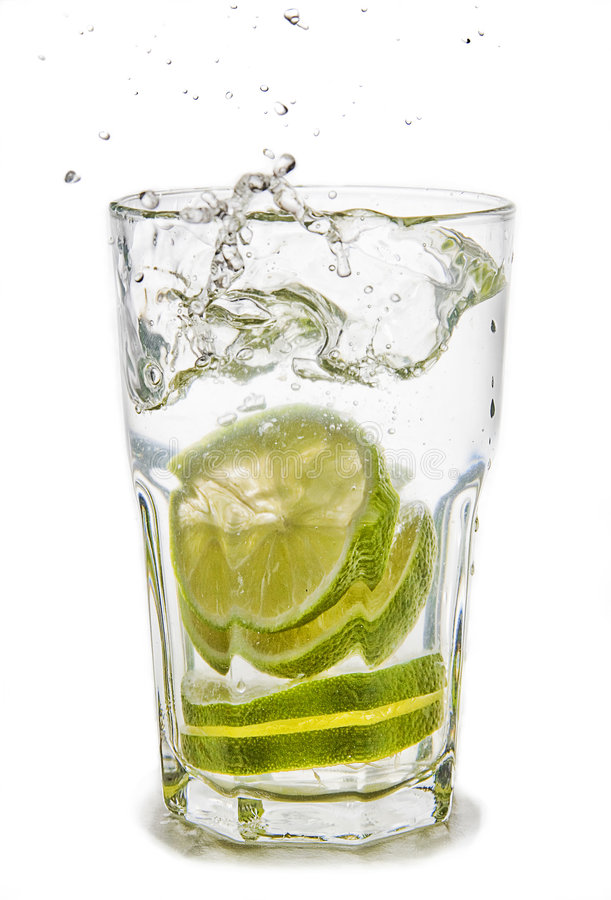 Limone in acqua fotografie stock