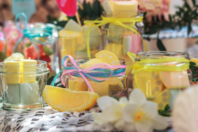 Limone, caramella e colore gialli fotografia stock libera da diritti