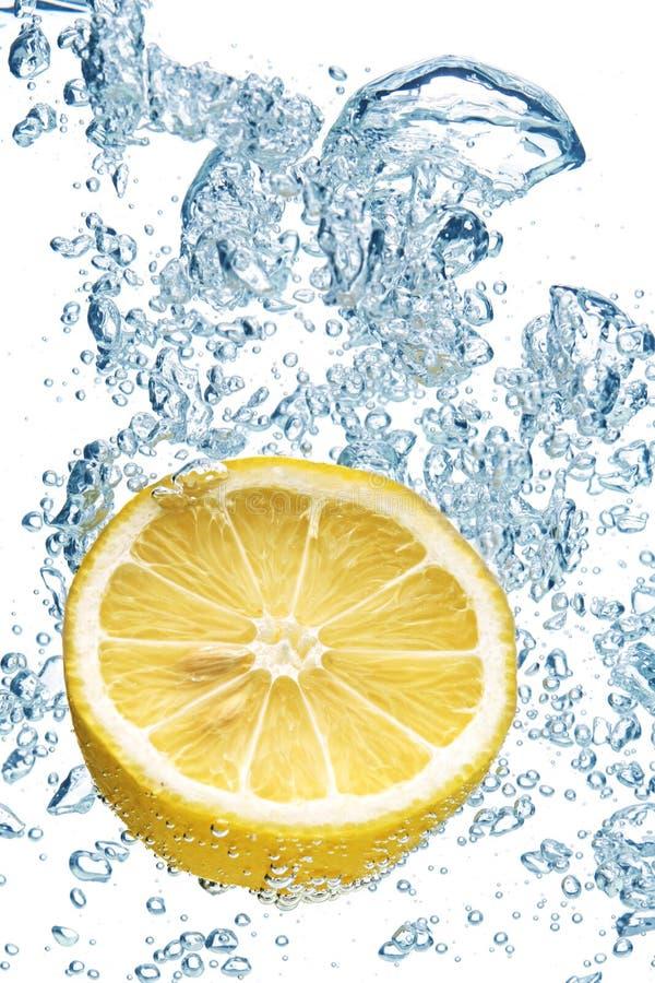 Limone che spruzza in acqua fotografia stock