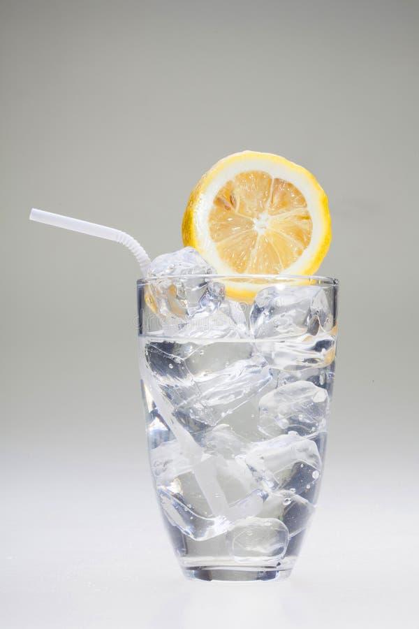 Limone con acqua ghiacciata fotografie stock