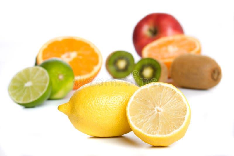 Limone con l'altra frutta isolata su bianco fotografie stock libere da diritti