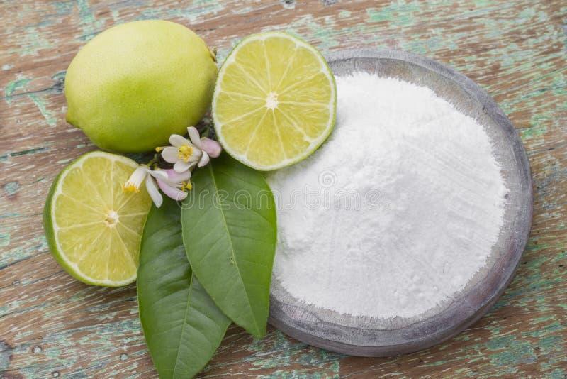 Limone e bicarbonato di sodio sulla tavola fotografie stock