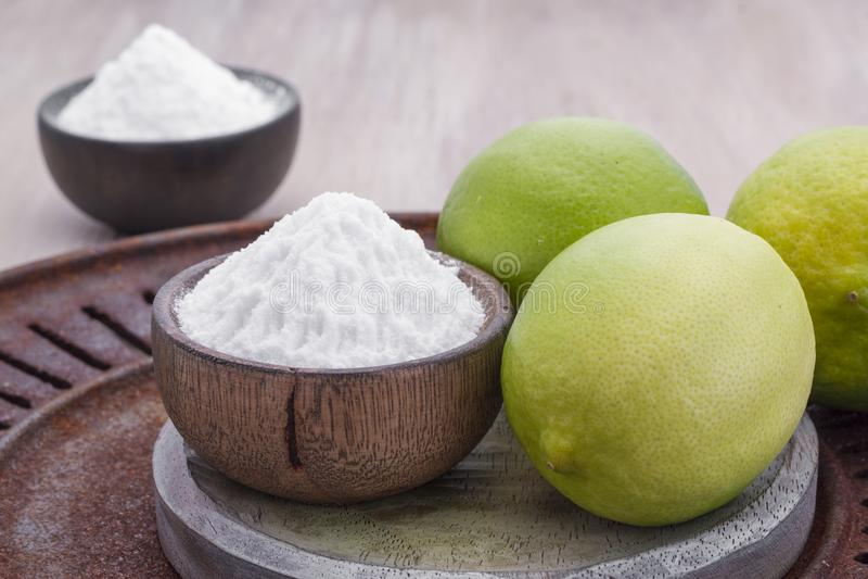 Limone e bicarbonato di sodio sulla tavola fotografia stock