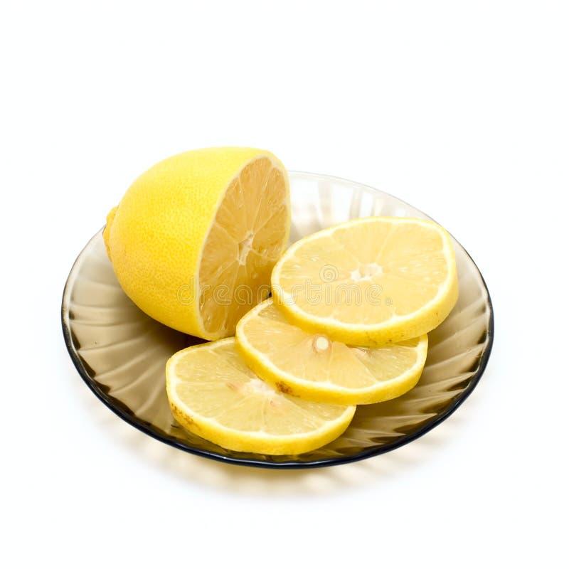 Limone e fette del limone sulla zolla fotografia stock libera da diritti