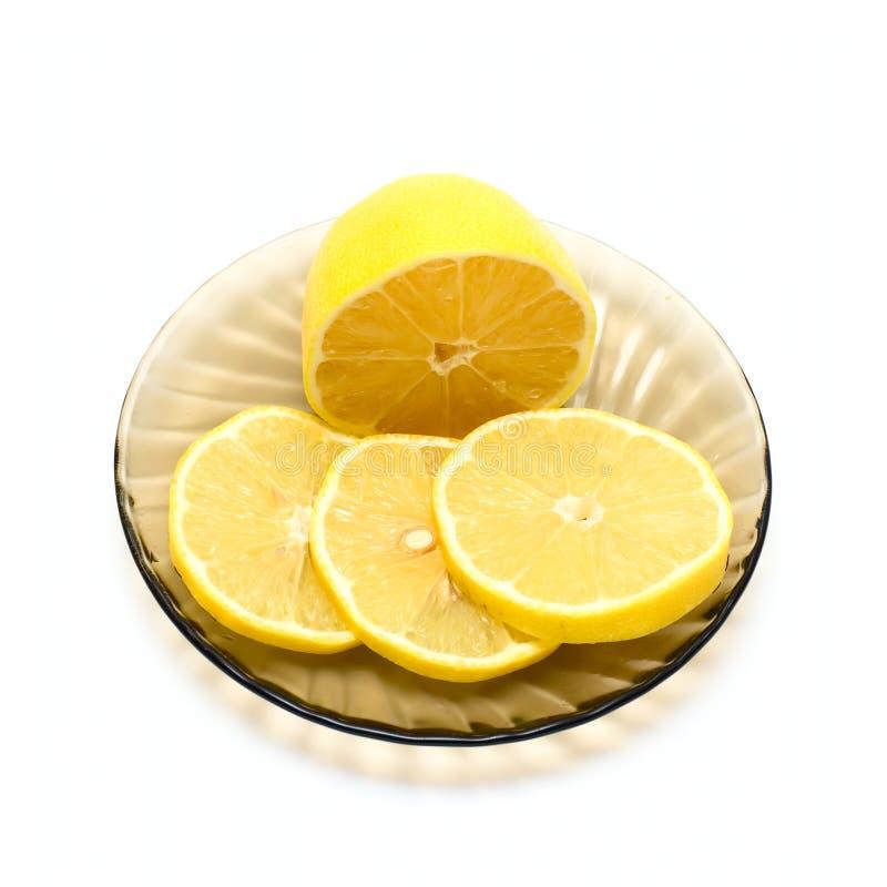 Limone e fette del limone sulla zolla fotografie stock