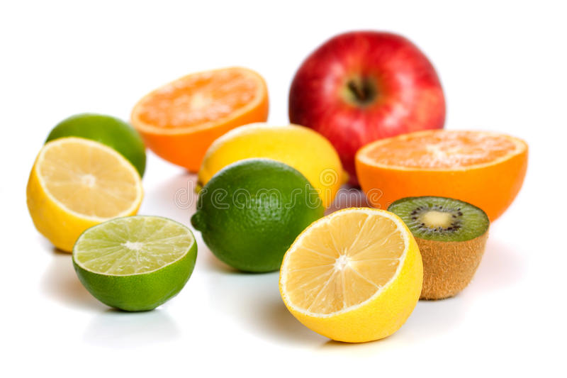 Limone e l'altra frutta isolati su bianco fotografia stock