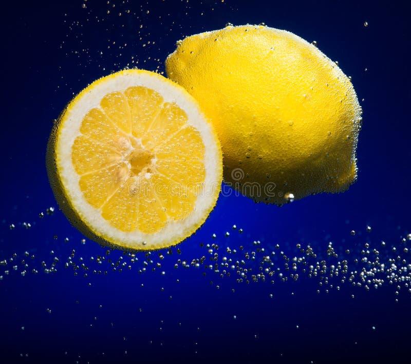Limone fresco con le bolle fotografie stock