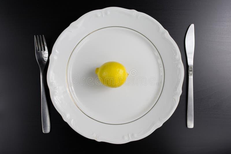 Limone giallo sul piatto Vista superiore immagini stock libere da diritti