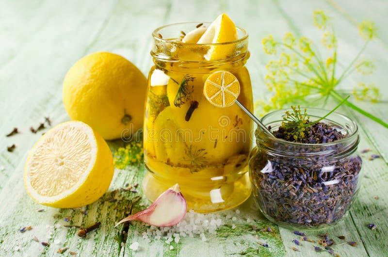 Limone Marinato Con Lavanda Immagine Stock - Immagine di organico ...