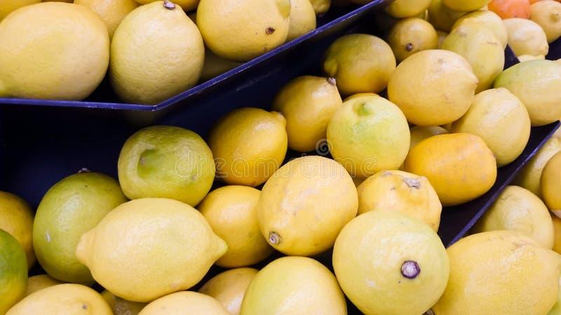 Limone nell'esposizione al mercato immagini stock