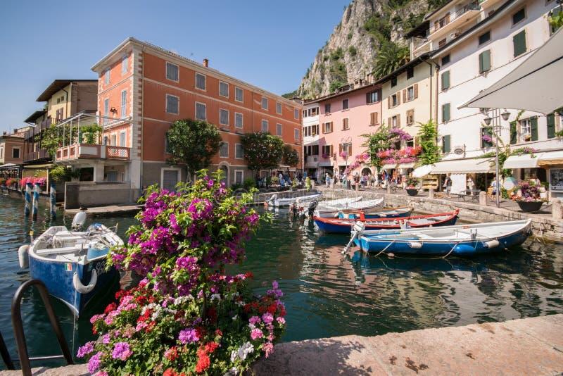 Limone-sul Garda ist eine Stadt in Lombardei auf dem Ufer von See Gard stockfotografie