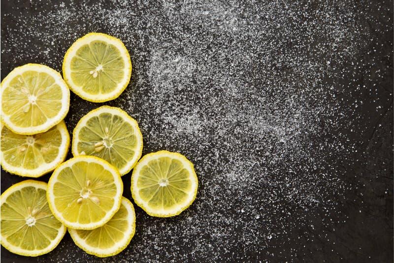 Limones cortados con el azúcar asperjado imagenes de archivo